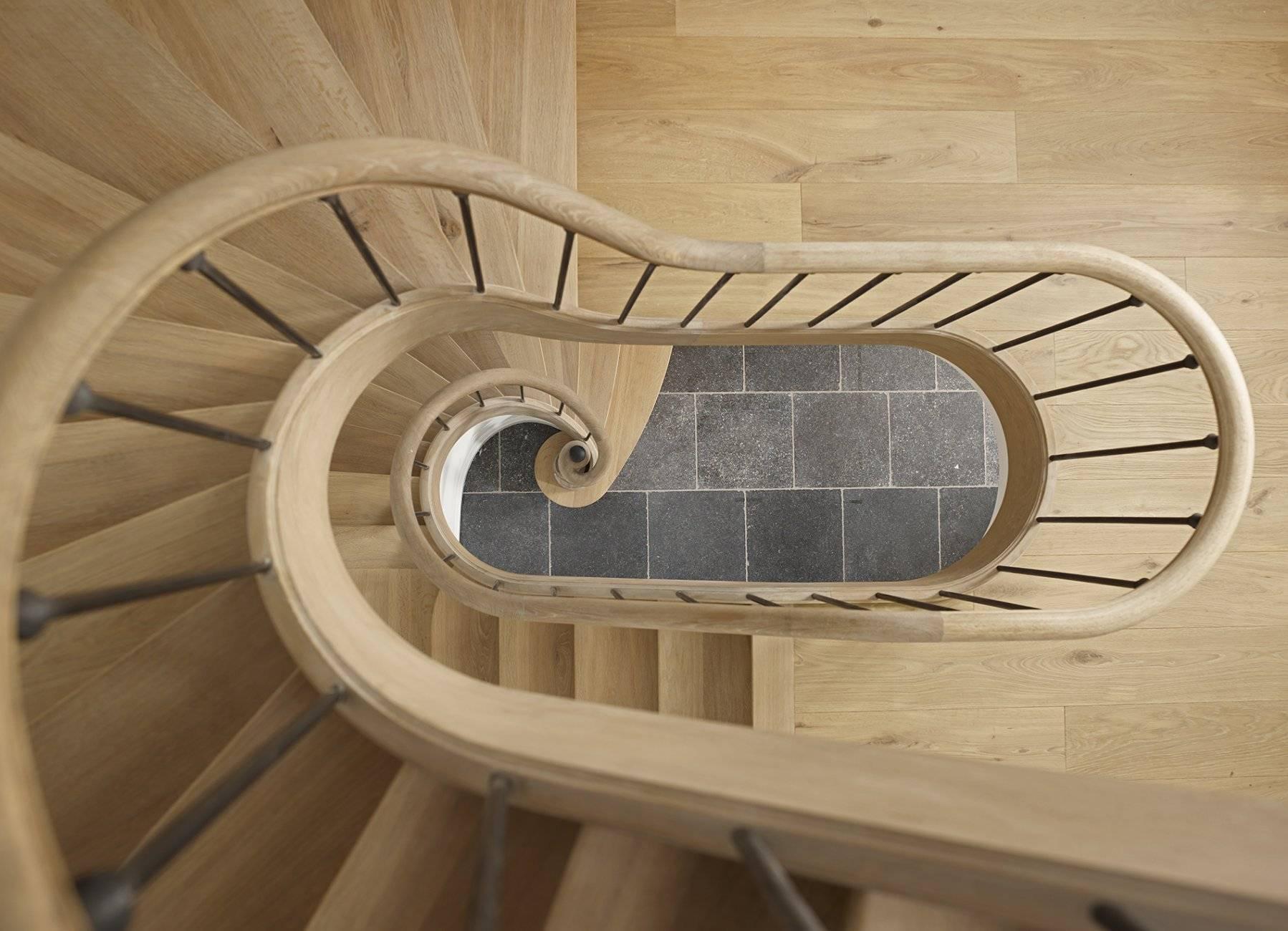 2 eiken houten trappen boven elkaar